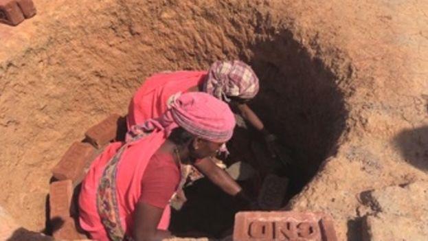 Las Rani Mistris, el ejército de mujeres que construye retretes en la India (EFE)