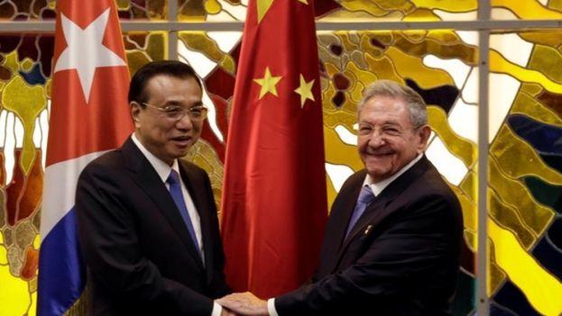 El presidente cubano Raúl Castro se reúne con el primer ministro chino Li Keqiang en La Habana. (EFE)