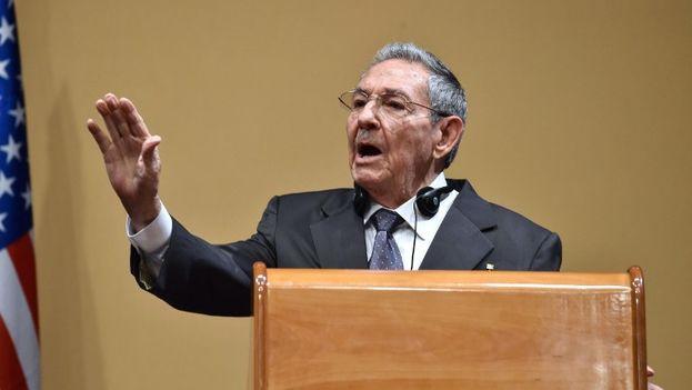 Raúl Castro, molesto en la rueda de prensa junto a Obama en la visita de este a Cuba, cuando se le preguntó por los presos políticos. (EFE)
