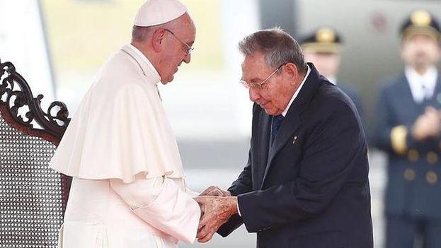 Raúl Castro y el papa. (EFE)