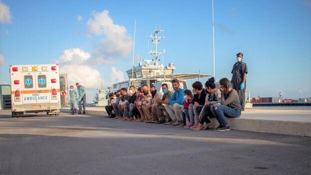 Los 15 balseros cubanos, después de ser puestos a disposición de la Real Fuerza de Defensa de las Bahamas. (Facebook/RBDFMIL)