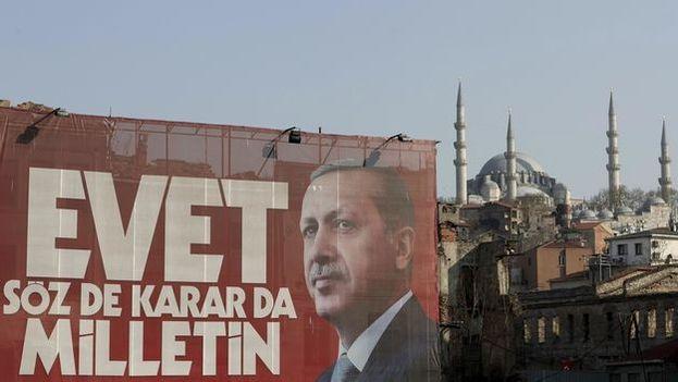 Un cartel gigante del presidente turco, Recep Tayyip Erdogan, delante de la mezquita Suleymaniye. (EFE)