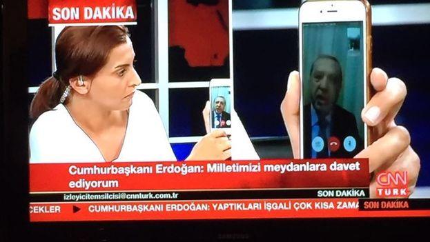 Recep Tayyip Erdogan usa un iPhone para pedirle al pueblo que resista el aparente intento de golpe militar. (CNNTürk/14ymedio)