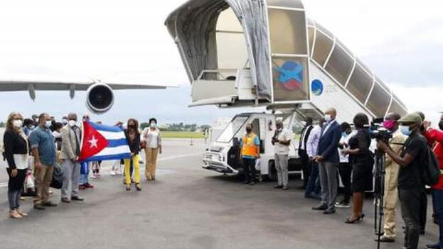 Recepción de los sanitarios cubanos a su llegada a Gabón. (Minrex)
