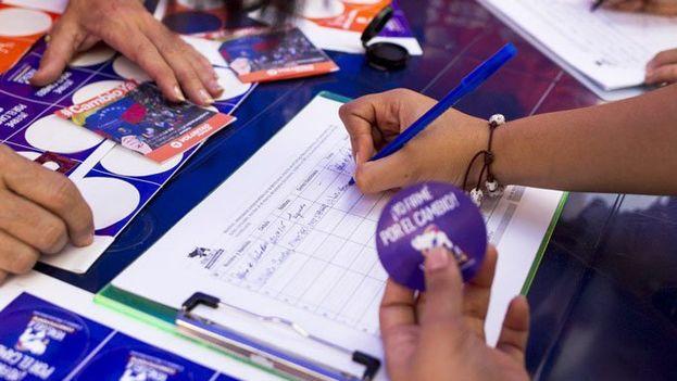 Recogida de firmas para el revocatorio, cuya celebración será con toda probabilidad en 2017. (@unidadvenezuela)