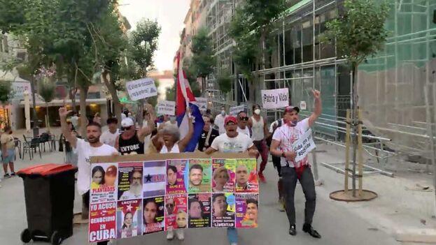 Recorrido de manifestantes cubanos rumbo a la Puerta del Sol. (Captura)