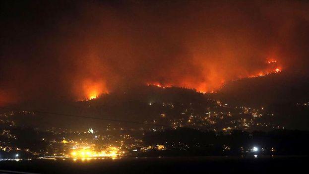 El fuego se acerca a las casas de Redondela, en el área metropolitana de Vigo (Galicia). (EFE)