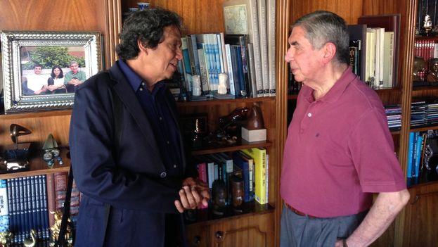 Reinaldo Escobar entrevistando al expresidente de Costa Rica y Premio Nobel de la Paz, Óscar Arias Sánchez