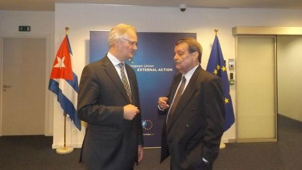 El viceministro de Relaciones Exteriores de Cuba, Abelardo Moreno Fernández, y el secretario general adjunto para Asuntos Económicos y Globales del Servicio Europeo de Acción Exterior, Christian Leffler. (Embajada de Cuba en Bruselas/Twitter)