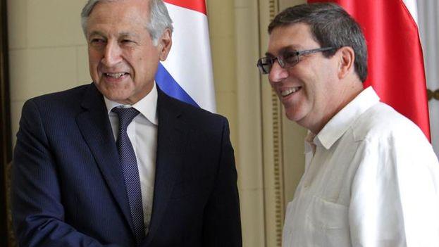 El ministro de Relaciones Exteriores de de Chile, Heraldo Muñoz, con su homólogo de Cuba, Bruno Rodríguez, antes de su reunión en La Habana. (EFE/Ernesto Mastrascusa)
