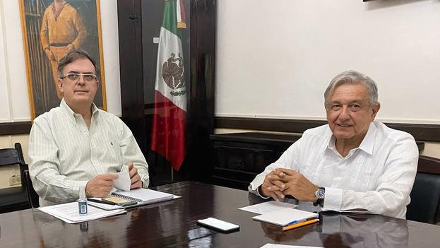El mandatario mexicano Andrés Manuel López Obrador (d) acompañado del secretario de Relaciones Exteriores (SRE), Marcelo Ebrard (i), durante una llamada con el presidente electo de Estados Unidos, Joe Biden, en la ciudad de Valladolid en el estado de Yucatán (México). (EFE/Presidencia de México)(EFE)