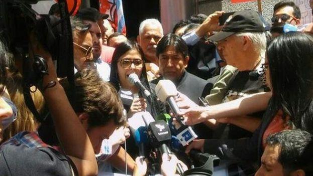 Ministra de Relaciones Exteriores de Venezuela, Delcy Rodríguez, segundos antes de intentar entrar en la Cumbre del Mercosur, en Argentina. (Twitter)