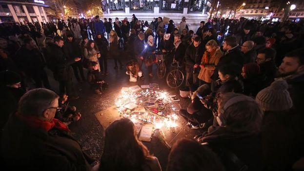 Miles de personas se manifestaron en la Plaza de la República de París por la libertad de expresión y en solidaridad con las víctimas del atentado contra 'Charlie Hebdo'. (EFE/Fredrik Von Erichsen)