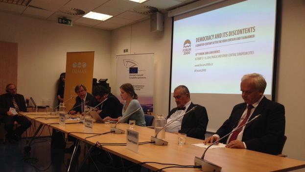 Uno de los paneles donde se discutió el tema de la política exterior de la República Checa, en la mesa de izquierda a derecha: Libor Roucek (socialdemócrata), Alexandr Vondra, Vladka Votavova, Karel Schwarzenberg, Pavel Svoboda (eurodiputado que esta contra el cambio de la política). (14ymedio)