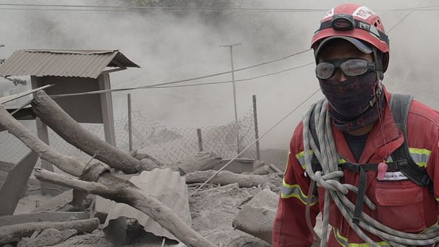 Rescatistas continúan con la búsqueda de más supervivientes en el caserío de El Rodeo (Guatemala), el 5 de junio de 2018, después de la erupción del domingo del volcán de Fuego. (EFE)