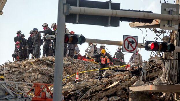 Rescatistas en la parte del edifico de doce plantas que se derrumbó la semana pasada en Surfside, Florida. (EFE/Cristóbal Herrera)