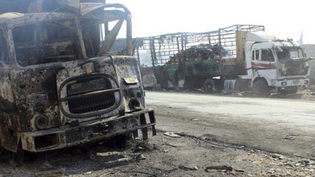 Restos de un convoy de ayuda humanitaria de la Media Luna Roja bombardeado en la zona. (EFE)