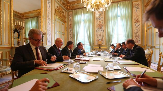 Reunión del Ejecutivo francés para evaluar la situación tras el asesinato de un policía y su esposa en Magnaville. (@Elysee)