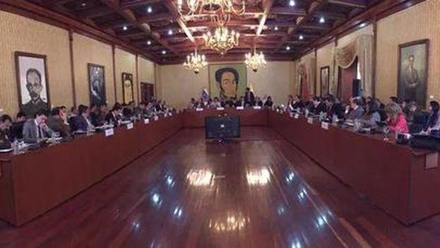 Reunión entre las delegaciones venezolana y colombiana este miércoles en Caracas para solucionar la crisis fronteriza. (@PanchoArias2012)