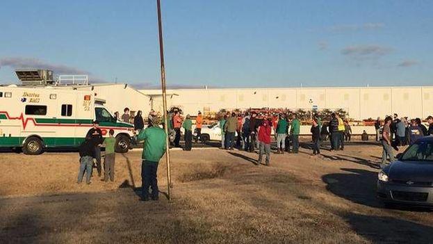Revuelo en torno a la fábrica en que se ha producido el tiroteo este jueves en Kansas. (@24horasTVN)