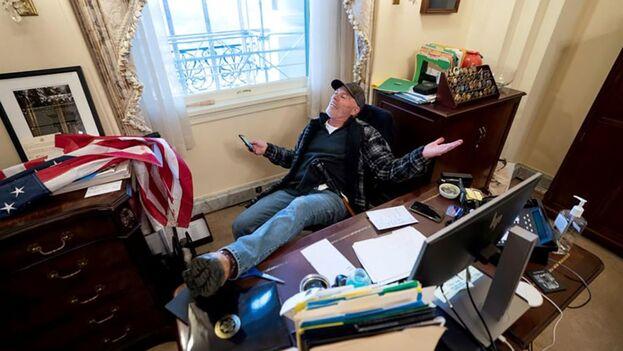 Uno de los detenidos fue Richard Barnett, el hombre que entró al Congreso y se hizo fotografías en la oficina de la presidenta de la Cámara Baja, Nancy Pelosi. (EFE)