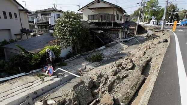Un hombre observa los escombros dejados por el terremoto de 6,5 grados en la escala de Ritcher registrado en la localidad de Mashiki, en Kumamoto, Japón. (EFE)