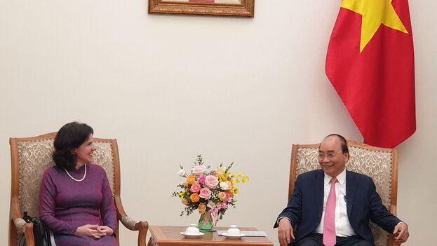 Lianys Torres Rivera en su último acto, a modo de despedida, con el presidente de Vietnam y secretario general del Partido Comunista, Nguyen Phu Trong. (@CubaMINREX)