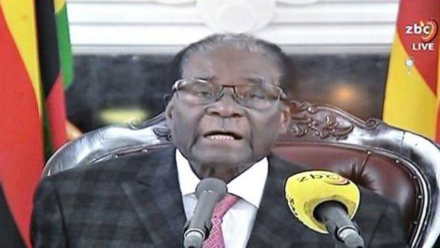 Robert Mugabe se aferró al poder tras un discurso en el que todos esperaban su dimisión y se encontraron con una sorpresa. (ZBC)