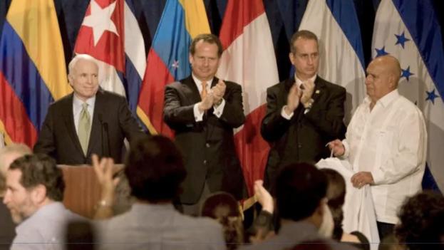 El ex preso político Roberto Martín Pérez, de guayabera blanca, a la derecha, durante la campaña de John McCain a la presidencia de EE UU en 2008. (EFE/Archivo)