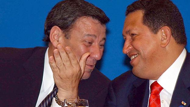 Rodolfo Nin Novoa en 2005, en su época de vicepresidente de Uruguay, conversando con el fallecido presidente venezolano Hugo Chávez. (CC)