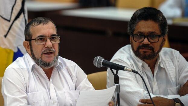 Rodrigo Londoño e Iván Márquez formaron parte del equipo negociador de la paz, pero acabaron tomando caminos distintos cuando el segundo volvió a las armas. (EFE)