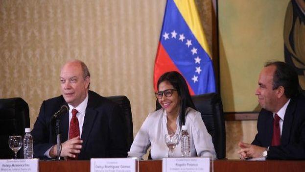 Rodrigo Malmierca y Delcy Rodríguez en la comisión intergubernamental del convenio integral de cooperación entre Cuba y Venezuela. (@DrodriguezVen(
