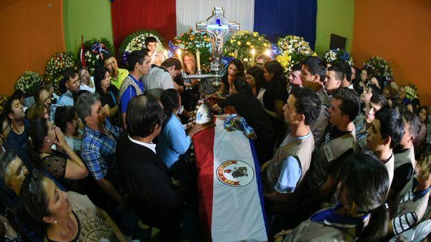 El féretro de Rodrigo Quintana rodeado de sus familiares, amigos y miembros del Partido Liberal al que pertenecía. (UltimaHora)