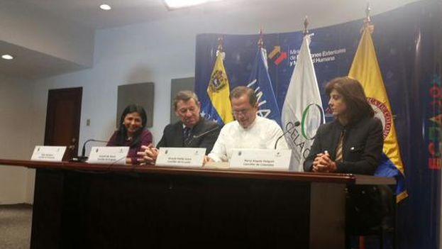 De izq a der: Delcy Rodríguez, Canciller de Venezuela; Rodolfo Nin Novoa, Canciller de Uruguay; Ricardo Patiño, Canciller de Ecuador, y María Ángela Holguín, Canciller de Colombia, durante la lectura de la declaración tras la reunión sostenida en Quito. Foto: OP - Cancillería