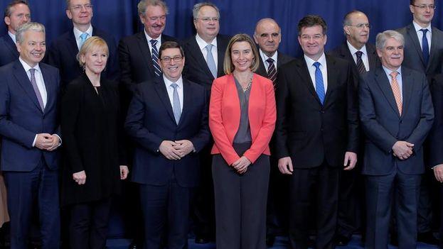 Bruno Rodríguez posa junto a su homólogo español, Alfonso Dastis y Federica Mogherini, junto con otros ministros europeos de Exteriores. (EFE/Olivier Hoslet)