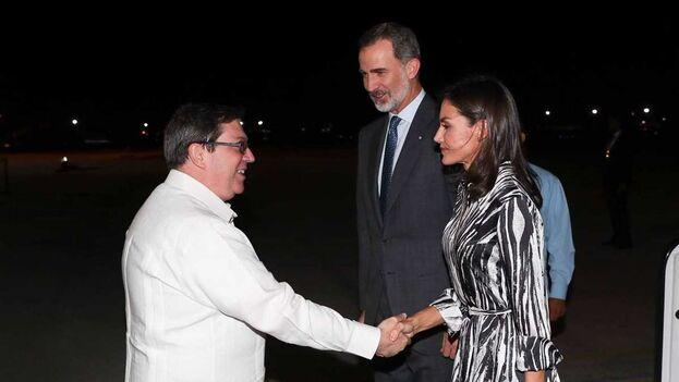 El canciller Bruno Rodriguez Parrilla estrcha la mano de la reina Letizia, junto a Felipe VI. (EFE)