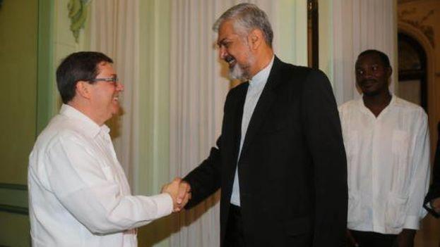 Bruno Rodríguez saluda a Morteza Sarmadi, viceministro primero del Ministerio de Asuntos Exteriores de Irán. (Minrex)