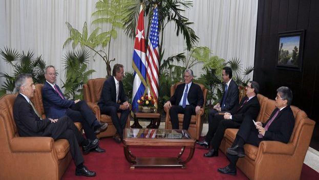 """Bruno Rodríguez conversó con Flake y Schmidt sobre las relaciones entre Cuba y EE UU, así como del impacto """"negativo"""" del retroceso del deshielo con Trump. (Minrex)"""
