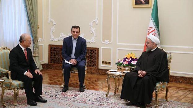 El presidente iraní, Hasan Rohani (dcha), se reúne con el director general de la AIEA, Yukiya Amano (izda.), en Teherán. (AIEA)
