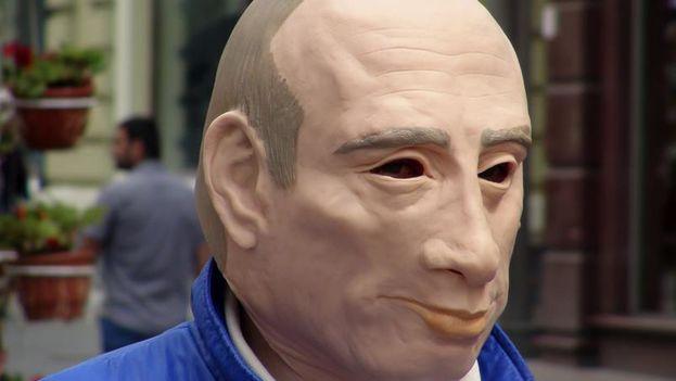 Román Roslovtsev ha desafiado repetidamente al Kremlin al manifestarse en solitario en la Plaza Roja contra una ley que limita la libertad de expresión con penas de cárcel. (EFE/Daria Shuváeva)