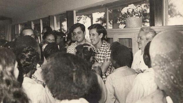 Roque Dalton en una visita a Isla de la Juventud, en Cuba. (DR)
