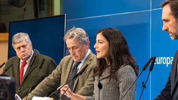Rosa María Payá con los tres europarlamentarios españoles en rueda de prensa. (RMPayá)