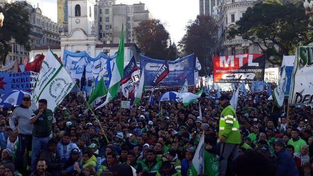 Los manifestantes, frente a la Casa Rosada en Buenos Aires, clamaron contra el 'tarifazo' y el acuerdo del Gobierno con el FMI y otros organismos. (@grainesOFchange)