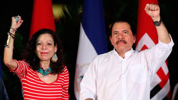 Rosario Murillo, coordinadora del Consejo de Comunicación y Ciudadanía y candidata a la vicepresidencia, junto a Daniel Ortega