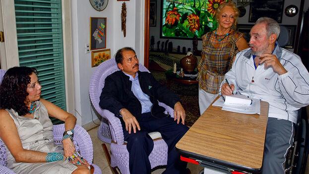 Rosario Murillo y Daniel Ortega con Fidel Castro, en una imagen difundida por el mandatario nicaragüense en 2010. (El19Digital)