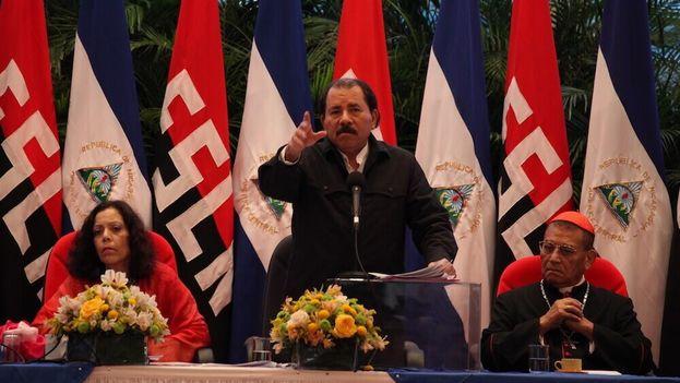 La primera dama Rosario Murillo, el comandante Ortega y el cardenal Obando y Bravo en un acto oficial. (Confidencial)