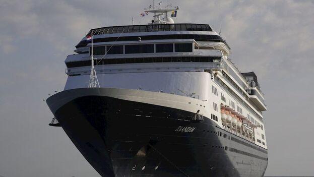 El crucero Rotterdam, de la naviera Holland America, llegó este viernes a aguas de Panamá para auxiliar a su par, el Zandaam. (EFE)