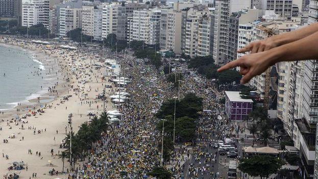 Miles de personas participan en una manifestación contra la presidenta brasileña, Dilma Rousseff en la playa de Copacabana en Río de Janeiro (EFE/Antonio Lacerda)