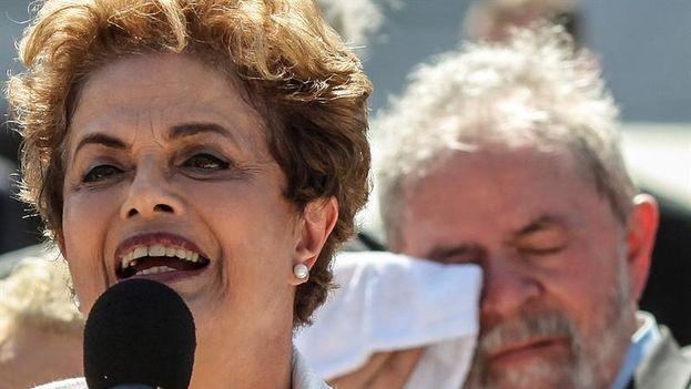 La presidenta de Brasil Dilma Rousseff, suspendida de su cargo por el Senado, habla acompañada por miembros de su gobierno, este jueves, luego de abandonar el Palacio de Planato. (EFE)
