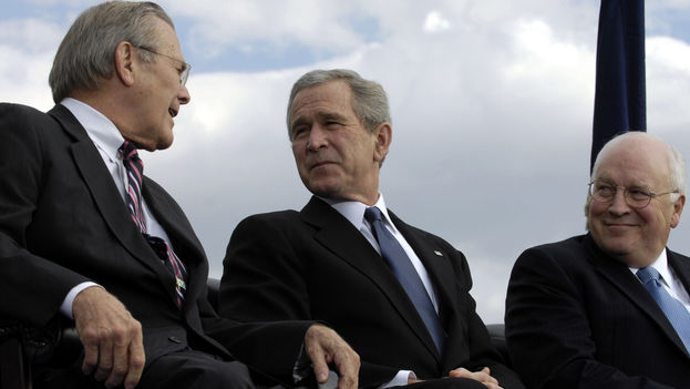 Dick Cheney, exvicepresidente, y Donald Rumsfeld, exsecretario de Defensa, a ambos lados del expresidente de EE UU George W. Bush. (CC)